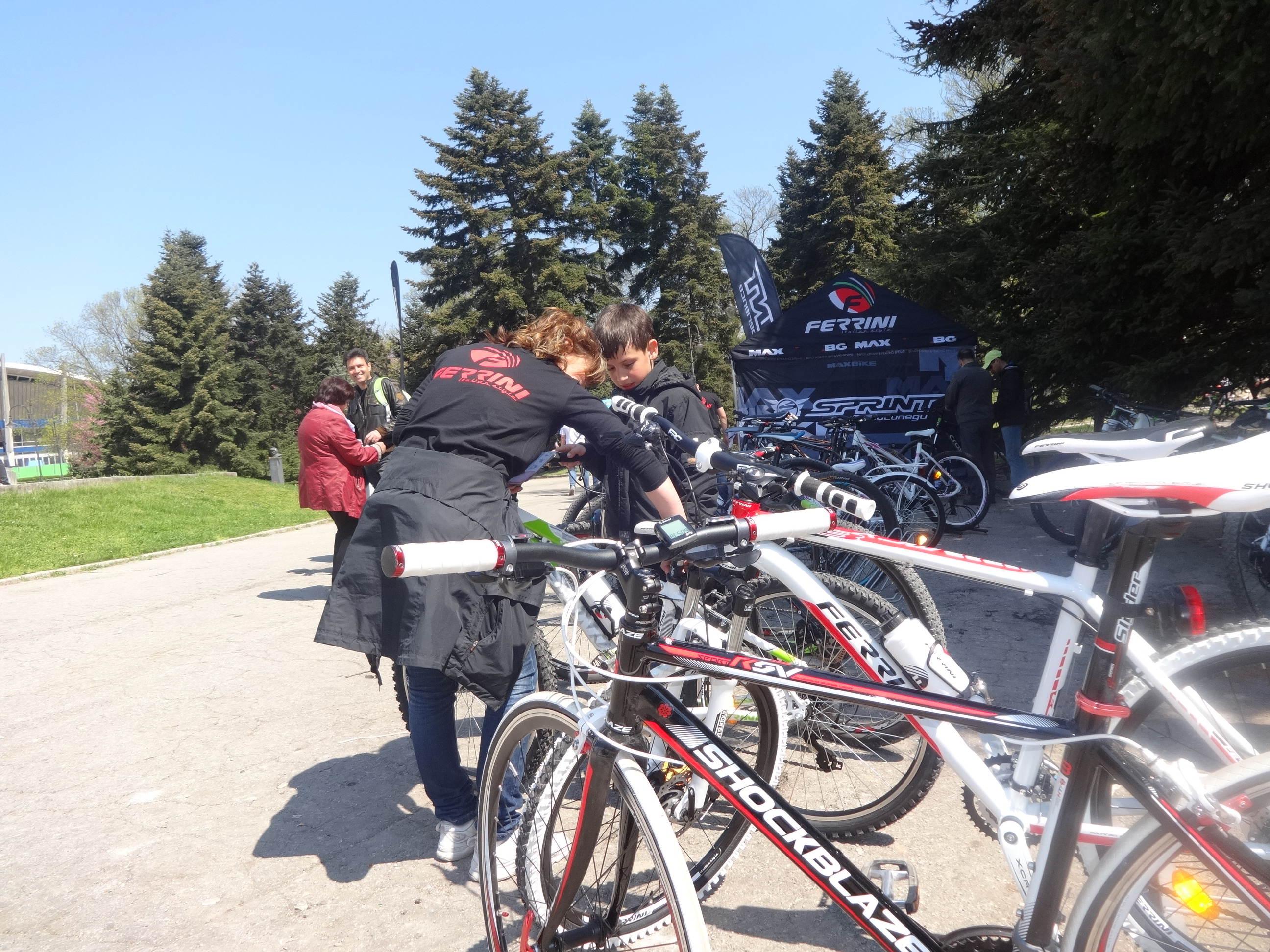 """5101253e137 И докато майките и татковците питаха, децата яхваха велосипедите с вечната  трогателна надежда: """"А пък татко ще ми купи колело…""""."""
